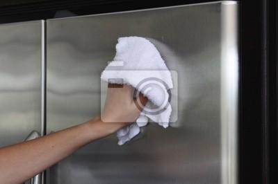 Fototapeta Kobieca ręka stal stell polerowania fridge