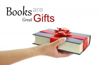 Fototapeta Kobieca ręka trzyma książkę na prezent