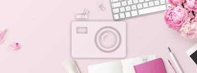 Fototapeta kobiecy baner lub nagłówek sklepu z artykułami biurowymi / do pisania, gadżetami technicznymi, smartfonami i bukietem różowych kwiatów na różowym tle - copyspace na Twój tekst i branding - widok z gór