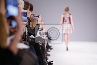 Fototapeta Kobieta bierze obrazek nowy model na pokazie mody