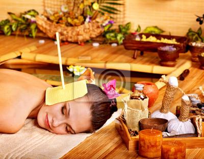 Kobieta coraz masaż świecą ucha.