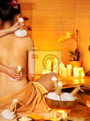 Kobieta coraz masaż tajski ziołowy piłkę .