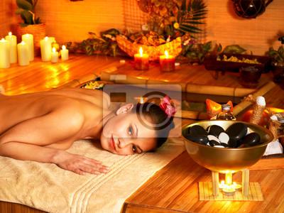 Kobieta coraz masaż terapii kamień.