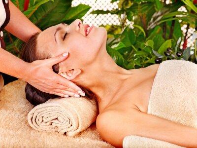 Kobieta coraz masaż twarzy .