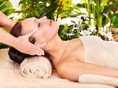 Kobieta coraz masaż twarzy.