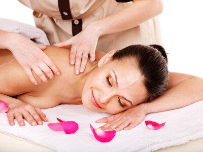 Kobieta coraz masażu w spa.