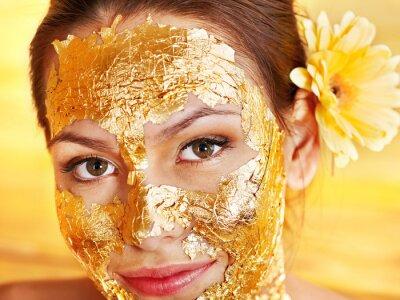 Kobieta coraz twarzy maskę .
