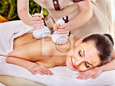 Kobieta coraz ziołowe kulowe masaże.