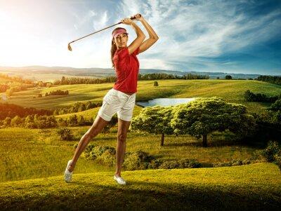Fototapeta Kobieta golfa uderzając piłkę w pięknej scenerii