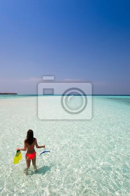 Fototapeta Kobieta idzie nurkowanie w wodzie