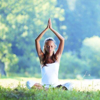 Fototapeta Kobieta jogi na wolnym powietrzu