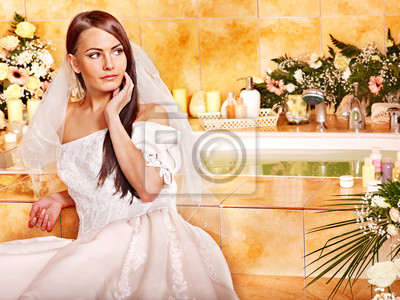 Kobieta ma na sobie suknię ślubną.