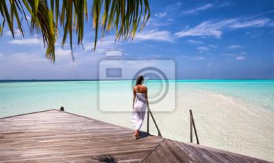 Fototapeta Kobieta na promenadzie patrząc na horyzont