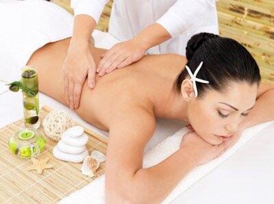 Fototapeta Kobieta na terapii masażu pleców w salonie spa