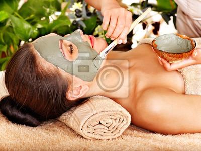 Kobieta o gliny Maseczka kosmetyczna stosuje się przez kosmetyczka.