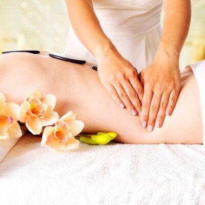 Fototapeta Kobieta o masaż ciała w salonie spa