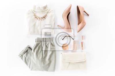 Fototapeta Kobieta odzieżowa i akcesoria ustawiająca na białego tła odgórnym widoku. nowoczesny i swobodny strój. koncepcja moda, zakupy i makijaż. Płaski lay, widok z góry.