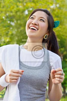 Kobieta pracuje w parku
