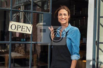 Fototapeta Kobieta przy małym biznesu wejściem