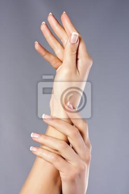 Kobieta ręce na białym tle izolowane