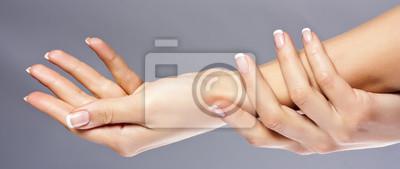 Kobieta ręce na szarym tle, izolowane