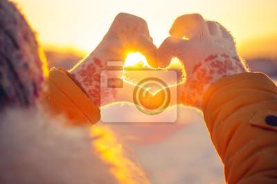 Fototapeta Kobieta ręce w rękawice zimowe symbol serca w kształcie Lifestyle and Feelings koncepcja światłem słońca na tle natury