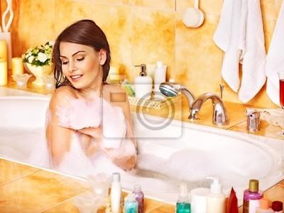 Kobieta relaks w kąpieli.