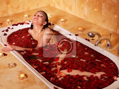 Kobieta relaks w wannie.