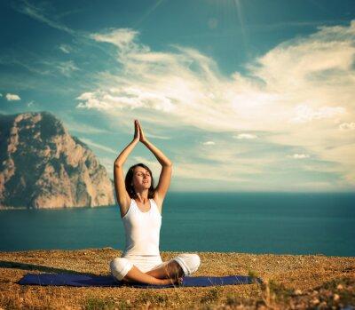 Fototapeta Kobieta robi joga na morze i góry