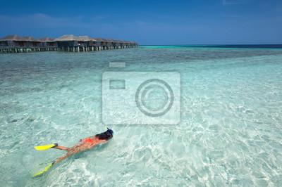 Fototapeta Kobieta snorkeling w wodach Malediwów