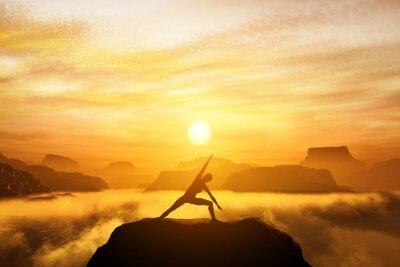 Fototapeta Kobieta, stojąca w pozycji jogi, medytacji w górach
