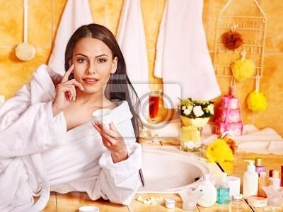 Kobieta stosowania balsam.