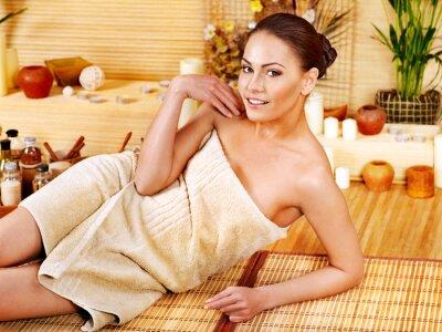 Kobieta uzyskiwanie masażu w bambusa spa.
