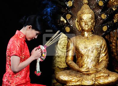 Fototapeta Kobieta w chińskiej sukni modlitwie w świątyni