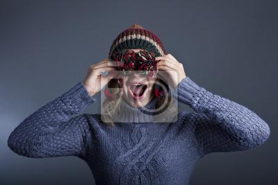 Kobieta w ciepły sweter i kapelusz