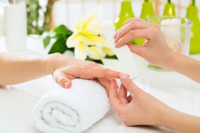 Fototapeta Kobieta w salonie manicure paznokci otrzymaniu