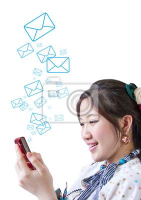Kobieta wysyłając wiadomość na telefon komórkowy