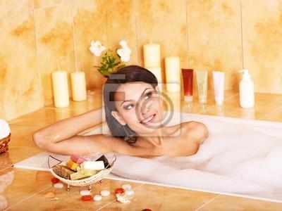 Kobieta wziąć kąpiel z bąbelkami .