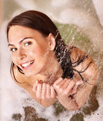 Fototapeta Kobieta wziąć kąpiel z bąbelkami .