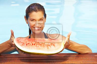 Kobieta z melona w basenie