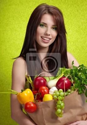 Fototapeta Kobieta z torby na zakupy wypełnione pożywne owoców i jar