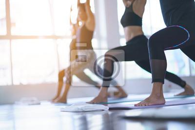 Fototapeta Kobiety ćwiczące w klasach jogi w studio fitness