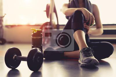 Fototapeta Kobiety ćwiczenia ćwiczenie w gym sprawności fizycznej łamaniu relaksuje trzymać jabłczaną owoc po trenować sport z dumbbell i proteiny potrząśnięcia butelki stylu życia zdrowym bodybuilding.