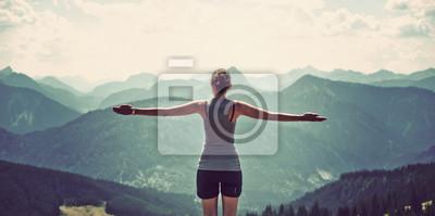 Fototapeta Kobiety doceniają naturę i na szczyt