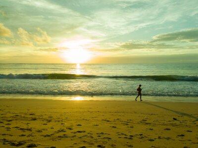 Fototapeta Kobiety spaceru na plaży o zachodzie słońca w Phuket Tajlandii