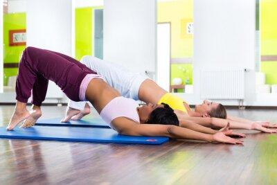 Fototapeta kobiety w siłowni robi ćwiczenia jogi dla kondycji