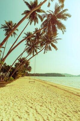Fototapeta Kokosowe drzewo i huśtawka na plaży z rocznika stonowanych