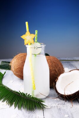 Kokosowy sok, napój koksu woda i koks na drewnianym tle