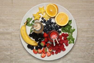 Fototapeta koktajle owocowe z blackberryt, truskawek, mięty, pomarańczy i bananów na białym tle