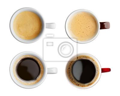 Kolaż filiżanek z smaczną kawą na białym tle
